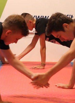 staršie deti cvičia
